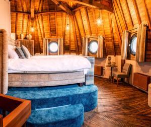 A bed or beds in a room at De Gevangentoren Suite