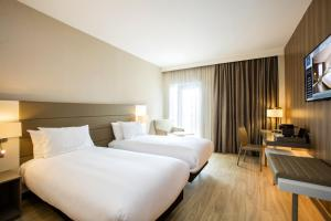 A bed or beds in a room at AC Hotel by Marriott Birmingham