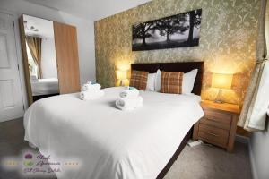 A bed or beds in a room at Thistle Apartments - Marischal Square