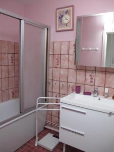 A bathroom at Residence Saint Michel