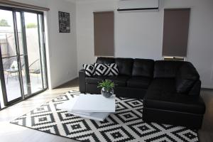 A seating area at Palm Grove Beach House Dromana