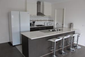 A kitchen or kitchenette at Palm Grove Beach House Dromana
