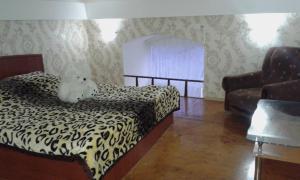 Cama ou camas em um quarto em Teatr Rashida Beibytova