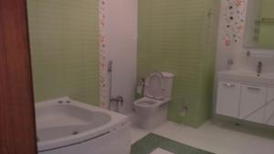 Um banheiro em XAGANI Street MOLOKANSKII SADIK