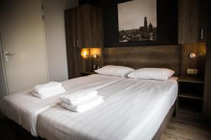 A bed or beds in a room at UtrechtCityApartments – Huizingalaan
