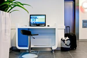 A television and/or entertainment centre at ibis budget Duisburg City am Innenhafen