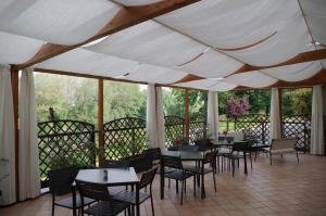 A restaurant or other place to eat at Best Quality Hotel La Darsena