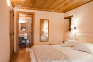 A bed or beds in a room at Casal Frias