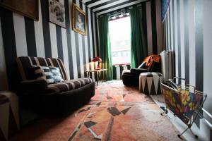 Een zitgedeelte bij At Yetty's Place Vintage Apartment Hotel