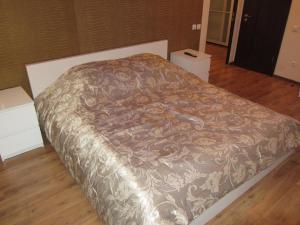 Кровать или кровати в номере Apartment Revolutsionnaya 70 flower