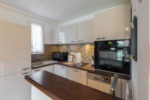A kitchen or kitchenette at Bel appartement vue mer