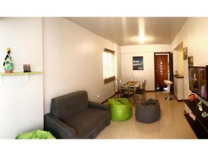 A seating area at Apartamento Beira Mar