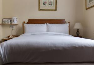 A bed or beds in a room at Victor Hotel - London Victoria