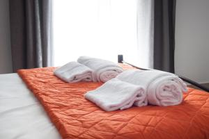 A bed or beds in a room at Krinis Apartments
