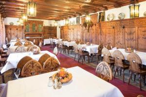 Ein Restaurant oder anderes Speiselokal in der Unterkunft Isserwirt