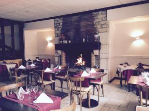 A restaurant or other place to eat at Hôtel du Commerce