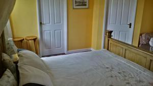A bed or beds in a room at Hethersett Lodge