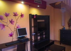 Una televisión o centro de entretenimiento en Apartamentos Turisticos Graus