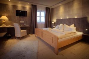 Ein Bett oder Betten in einem Zimmer der Unterkunft Landgasthof Zum Lang