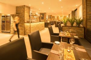 A restaurant or other place to eat at Air Hotel Wartburg