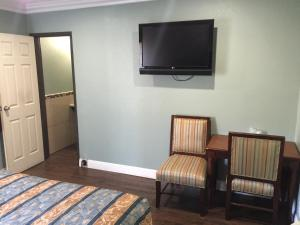 A television and/or entertainment centre at Park Motel