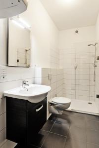 Koupelna v ubytování eFi Hotel