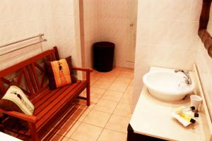 A bathroom at Tladi Lodge