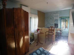 The lounge or bar area at les couleurs de l'eau