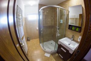 A bathroom at M1 Szekér Csárda Hotel és Étterem