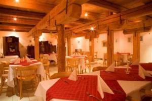 A restaurant or other place to eat at Nature & Art Hotel Kastell