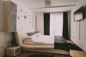Un pat sau paturi într-o cameră la Penthouse Ambiance Brasov