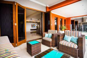 The lounge or bar area at Sunset Circle at the Cove