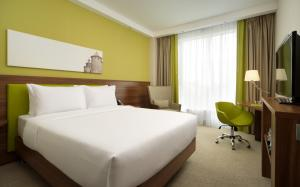 Кровать или кровати в номере Hampton by Hilton Нижний Новгород