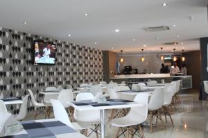 A restaurant or other place to eat at Hotel Maputo