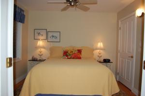 A room at Lakeshore B&B