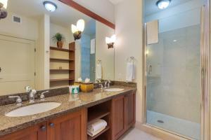A bathroom at Castle Halii Kai at Waikoloa