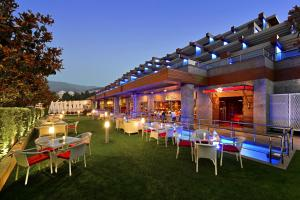 A restaurant or other place to eat at Divan Bursa