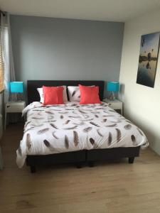 A bed or beds in a room at B&B Droom