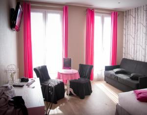 The lounge or bar area at Idéal Hôtel Design