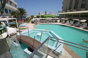 Vue sur la piscine de l'établissement Hotel Splendid Mare ou sur une piscine à proximité