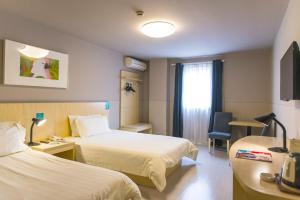 Кровать или кровати в номере Jinjiang Inn Changji Administration Center