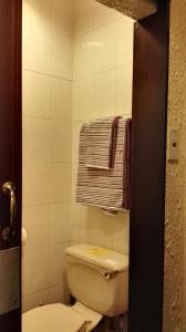 A bathroom at Barley Mow Hotel