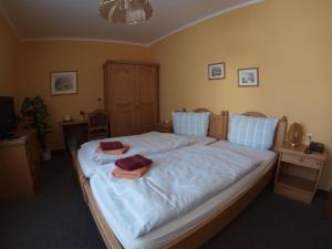 A bed or beds in a room at Gasthof zur Schweiz