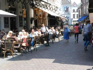 A restaurant or other place to eat at b&b Achter de Sterren