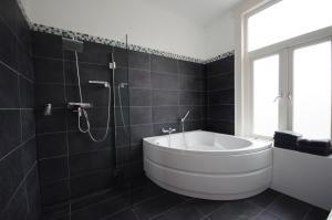 Een badkamer bij SunnyBeach Luxury apartment