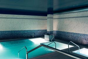 The swimming pool at or near Hotel Mercure Jardines de Albia