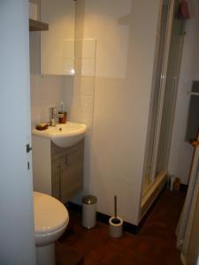 A bathroom at au vieux cèdre