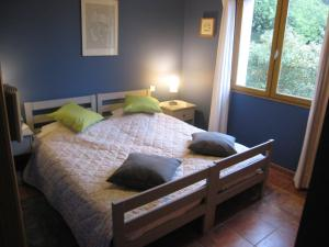 A bed or beds in a room at Les S Sens du Sud