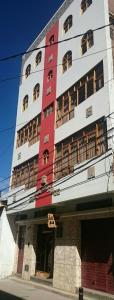 Фасад или вход в Hostal Los Pinos Inn