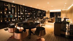 Um restaurante ou outro lugar para comer em Azor Hotel
